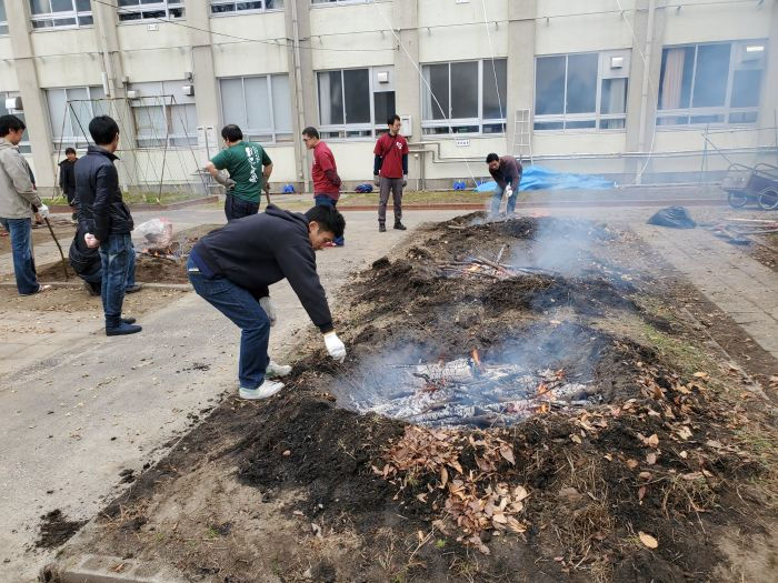 恒例の小幡小学校の焼きイモ大会の準備に来ています。